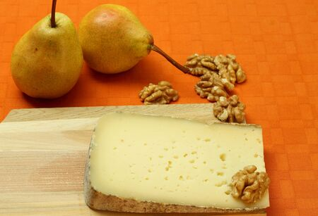 cheese with pears and walnuts