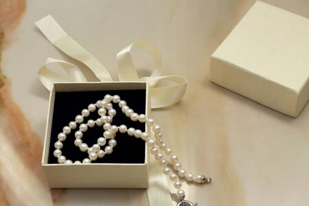 mariage: Pearl necklace and gift box