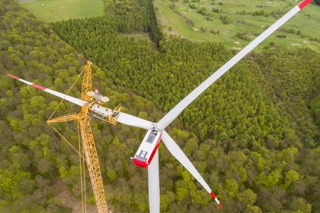 Luchtfoto van windturbine in aanbouw