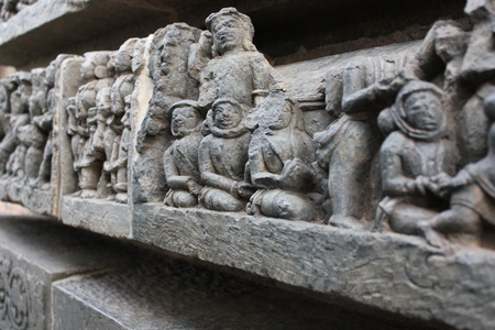 고 대 외계인 우주 비행사처럼 보이는 Hoysaleswara 사원 벽 조각 스톡 콘텐츠