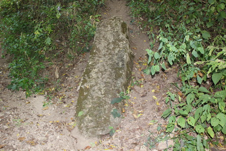serpend マウンドに近い石の石碑