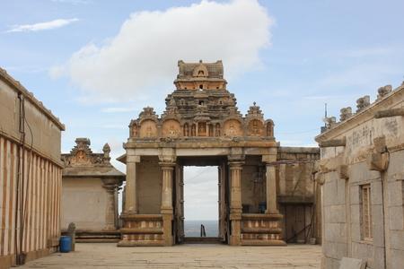 Shravanabelagola で Gommateshwara 像の正面入口