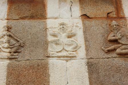 ミュージシャンやダンサー、Gomateshwara 寺の壁に Vindhyagiri、Shravanbelgola の彫刻 写真素材