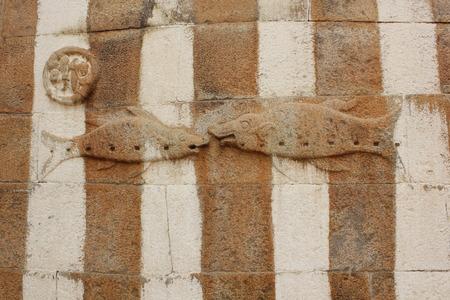 Gomateshwara 寺院、Vindhyagiri、Shravanbelgola で魚の壁の彫刻 写真素材