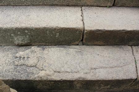 Vindhyagiri、Shravanbelgola、Gomateshwara 寺のステップにワニの彫刻 報道画像