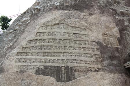 Vindhyagiri、Shravanabelagola でジャイナ教 teerthankars (達人) の彫刻をロックします。
