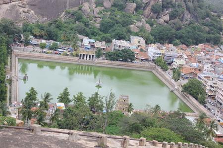 Shravanabelagola の都市の中心に白い池 写真素材