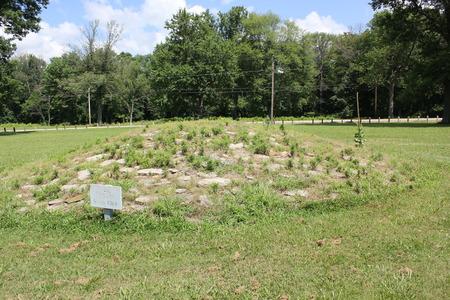 Stapels kalksteen vormen de stenen heuvel bij Fort Ancient