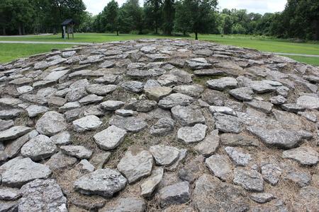 Zeldzame met kalkstenen bedekte Hopewellheuvel bij Fort Ancient Stockfoto