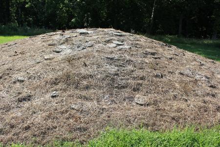 石灰岩の石の 1 つは、フォート ・ エンシェント文化のレプリカを恥丘します。