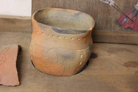 砦古代博物館でホープウェルの陶器を切開した装飾