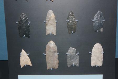 フォート古代博物館で様々 な古風な Spearpoints の表示