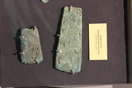 フォート古代博物館で表示される蛇塚発掘調査で見つかった銅ケルト人 報道画像