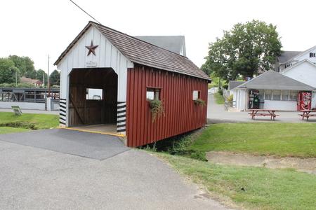 Houten overdekte brug bij Amish village