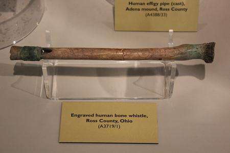Gegraveerd Human Bone Whistle in Fort Ancient Museum