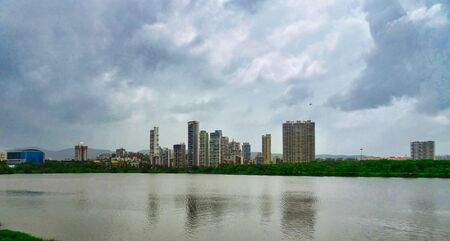 Blick über den See an einem regnerischen Tag in der Stadt San Pada und Vashi, Navi Mumbai, Indien?