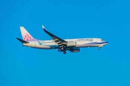 Internationaler Flughafen SUVARNABHUMI, BANGKOK, THAILAND - 16.März 2018: China Airlines, Boeing 737-800 ist mit der Start- und Landebahn aufgereiht und zur Landung absteigend. Editorial