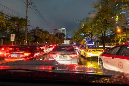 BANGKOK, THAILAND - Apr. 27, 2018 : A heavy traffic jam in Bangkok on the rainy evening. 新聞圖片