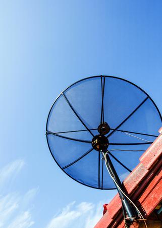 antena parabolica: antena parab�lica en el techo