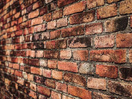 Leere alte Backsteinmauer-Textur. Bemalte notleidende Wandoberfläche. Grungy Wide Brickwall. Grunge Red Stonewall Hintergrund. Schäbige Gebäudefassade mit beschädigtem Putz. Abstraktes Web-Banner. Speicherplatz kopieren. Standard-Bild