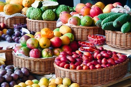 mimbre: Primer plano de una fruta y vegetal puesto en Funchal cubiertos de mercado