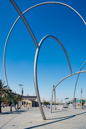 metal sculpture: Metallo massiccio scultura entrata del porto Barcellona