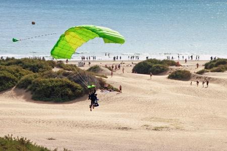 parapente: Parapente de pareja sobre la playa de playa del ingl�s Foto de archivo