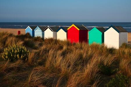 colourful houses: Caba�as de playa colorido en la playa Suffolk de la Southwold Foto de archivo