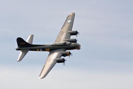Memphis Belle Boeing B 17 bomber flying over Shoreham airfield Foto de archivo
