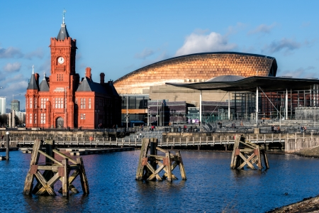 Pierhead and Millenium Centre buildings Cardiff Bay 版權商用圖片 - 24716925