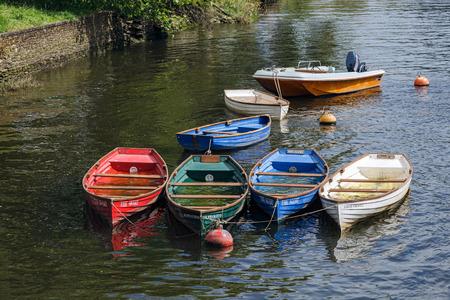 eau de pluie: Groupe de barques pleines d'eau de pluie