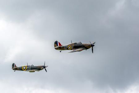 mk: Hawker Hurricane I R4118 y Spitfire Mk IXT PV202 QV