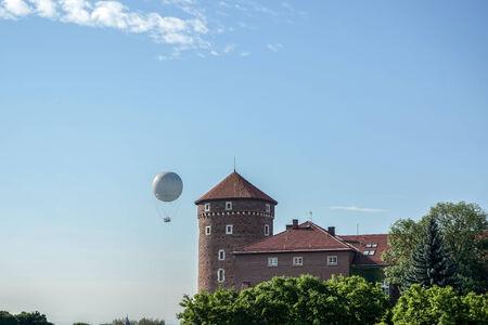 cracovia: Hot air balloon near Wawel  Castle complex in Krakow