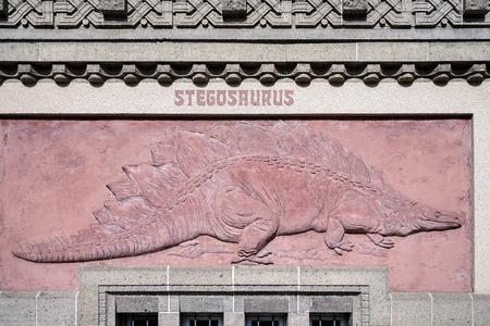 stegosaurus: Stegosaurus relieve en la pared exterior del zoo de Berl�n Foto de archivo