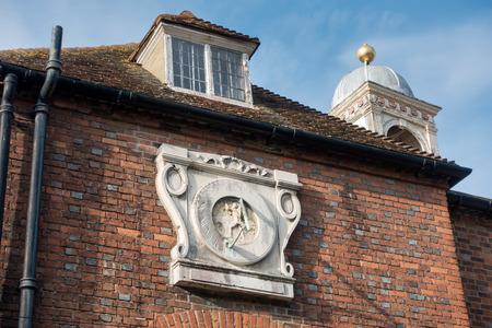 reloj de sol: Reloj de sol viejo en un edificio en Rye East Sussex