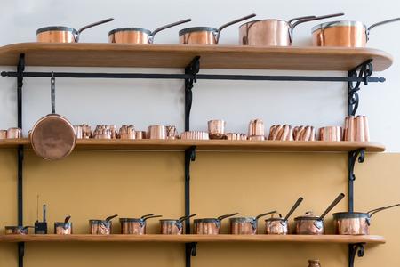 saucepans estantes llenos con cacerolas de cobre