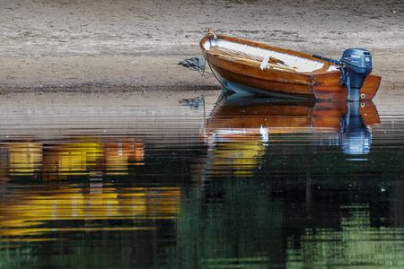 Roeien boot afgemeerd op Loch Insh Stockfoto