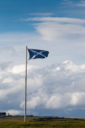 scottish flag: Scottish battenti bandiera a Fort George vicino inveness