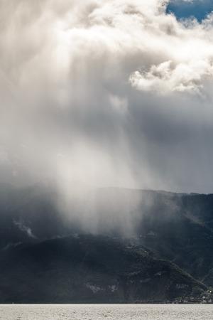 precipitaci�n: Tormenta que pasa sobre el lago Ginebra en Suiza