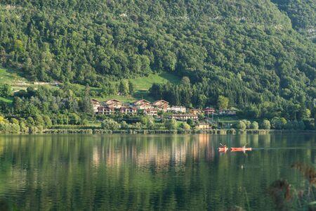 Persone kayakings sul Lago di Endine vicino a Bergamo Archivio Fotografico