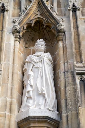 queen elizabeth: New Statue of Queen Elizabeth at Canterbury Cathedral