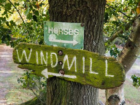 clavados: Molino de viento a la izquierda y caballos a la derecha Foto de archivo