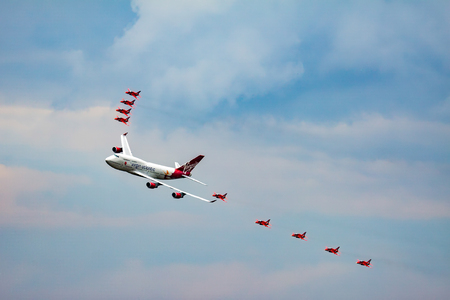 747 400: Virgin Atlantic Boeing 747-400 and Red Arrows Aerial Display at Biggin Hill Airshow Editoriali