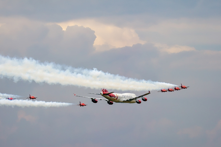 747 400: Virgin Atlantic Boeing 747-400 and Red Arrows Aerial Display at Biggin Hill Airshow Editoriali