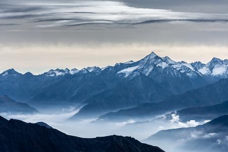 モンテ ・ ビアンコ (モンブラン) ヴァッレ ・ ダオスタ州のイタリアからの眺め 写真素材