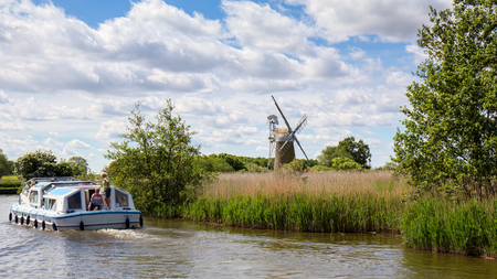 View of a Boat Passing Turf Fen Mill at Barton Turf 版權商用圖片 - 79156067