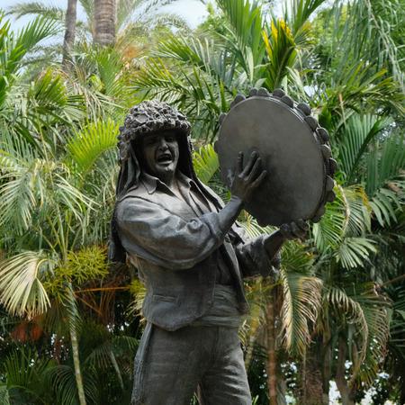Malaga, Andalousie / Espagne - 5 juillet: Statue de l'homme tenant un Tamborine par Miguel Garcia Navas dans le parc de Malaga Costa del Sol en Espagne le 5 juillet 2017 Banque d'images - 82138158