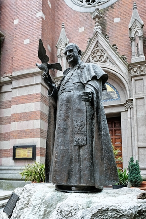 Statue of Pope John XXIII outside the Church of St. Anthony of Padua in Istanbul Turkey on May 25, 2018 Banque d'images - 104827834