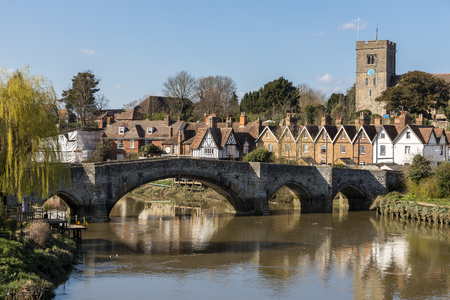 AYLESFORD, KENTUK - MARCH 24 : View of the 14th century bridge and St Peters church at Aylesford on March 24, 2019