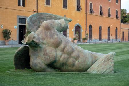 PISA, LIGURIA / ITALIA - 17 DE ABRIL: Ángel caído en la Plaza de los Milagros en Pisa Liguria Italia el 17 de abril de 2019 Editorial
